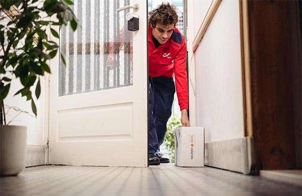 L'addetto alla consegna può così aprire la porta, depositare il pacco e poi richiuderla prima di andarsene