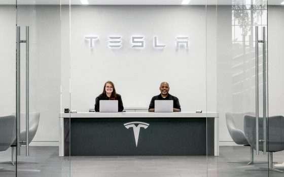 Tesla ci ripensa: non chiuderà tutti gli store