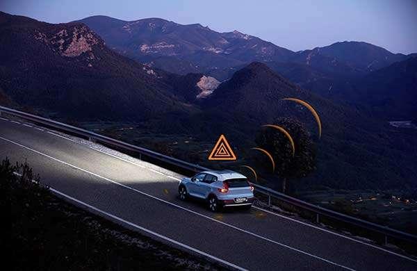 Volvo: le tecnologie Hazard Light Alert e Slippery Road Alert