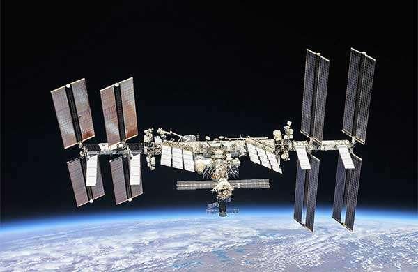 La Stazione Spaziale Internazionale in orbita intorno alla Terra
