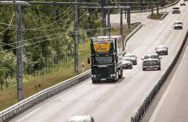 Un camion viaggia sulla eHighway, l'autostrada elettrica di Siemens