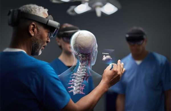 Il visore HoloLens 2 di Microsoft per la mixed reality impiegato in ambito medico