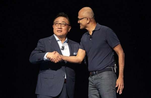 DJ Koh (Samsung) e Satya Nadella (Microsoft) insieme sul palco dell'evento Unpacked 2019