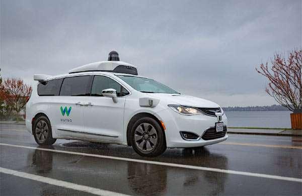 Una delle self-driving car di Waymo sotto la pioggia