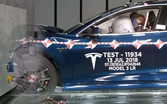 Tesla fa a pezzi le sue Model 3 nei crash test