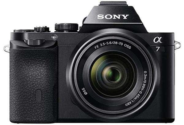 La mirrorless Sony Alpha 7K con obiettivo 28-70 mm