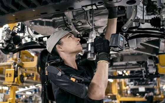 Un esoscheletro nella fabbrica spagnola di Nissan