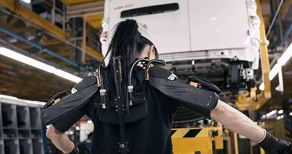 L'esoscheletro impiegato da Nissan nella linea di produzione