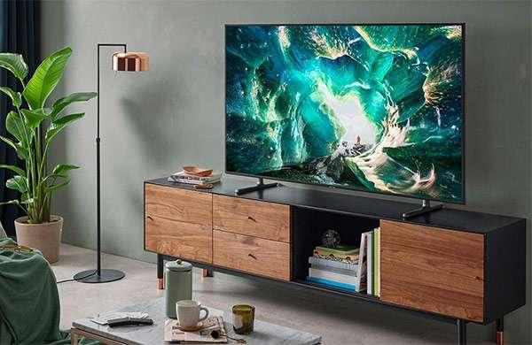 Il televisore Samsung UE82RU8000U con pannello 4K da 82 pollici e funzionalità smart