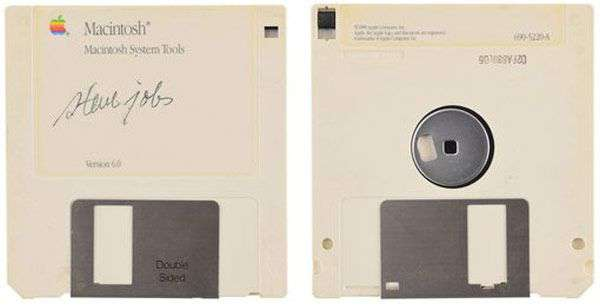 Il floppy disk appartenuto a Steve Jobs e autografato