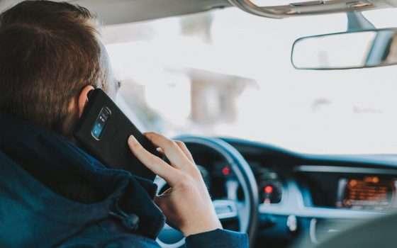 Non guidare con lo smartphone, l'IA ti vede