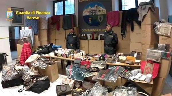 Il materiale sequestrato dalla Guardia di Finanza di Luino nell'operazione contro il traffico di merci contraffatte sul Web