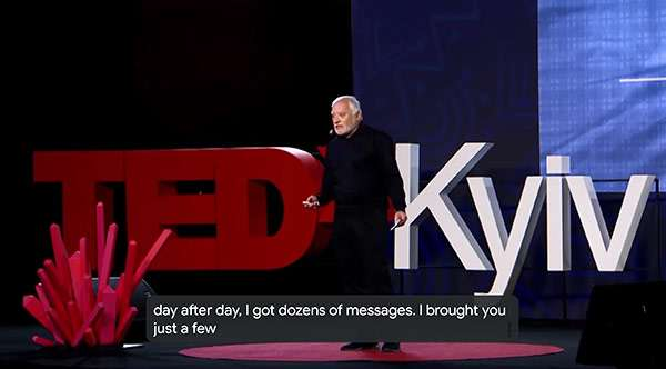Hide the Pain Harold nel suo intervento sul palco di TEDx