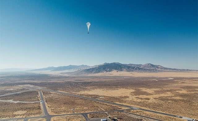 Uno dei palloni aerostatici di Loon nella sua ascesa verso la stratosfera
