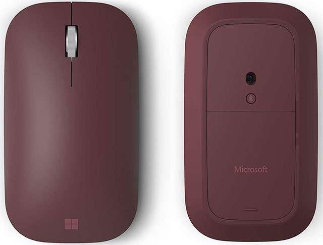 Il Surface Mobile Mouse di Microsoft nella sua colorazione Bordeaux