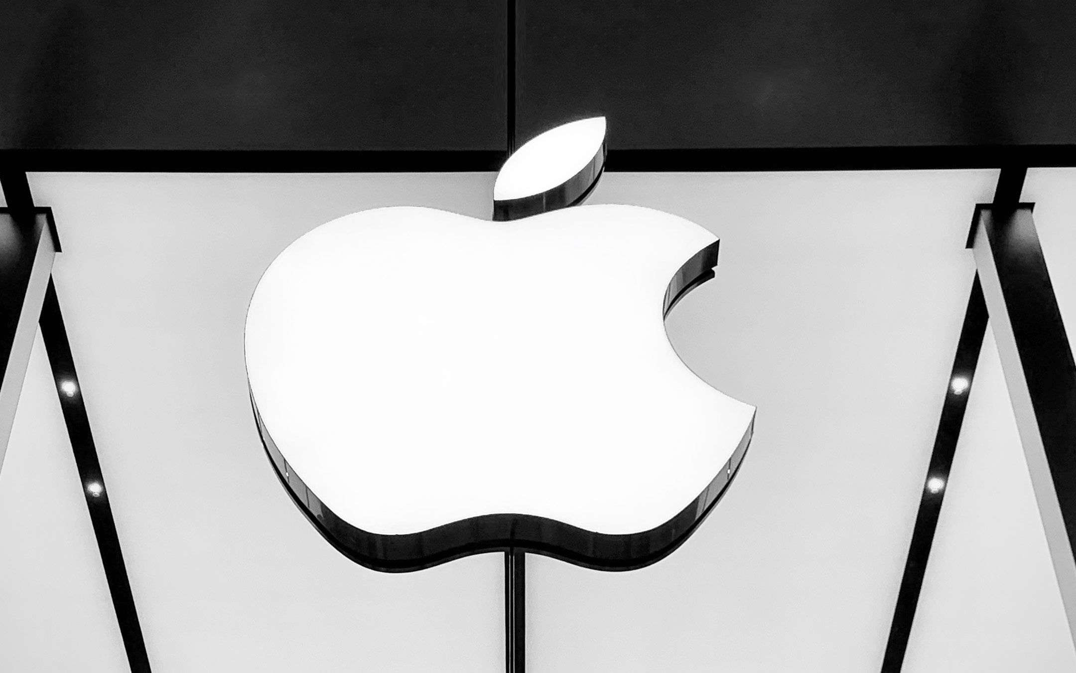 Apple is worth more than Saudi Aramco (for a moment)