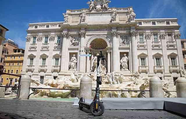 I monopattini elettrici di Helbiz a Roma