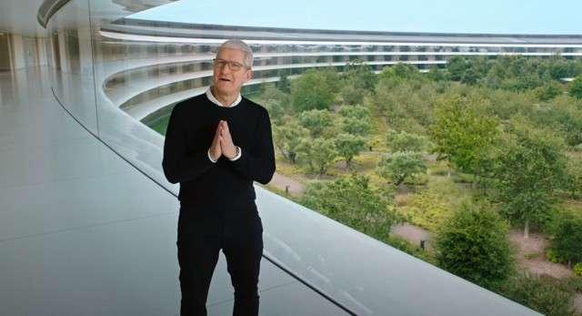 Tim Cook durante la presentazione Apple