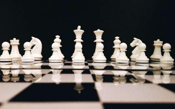 L'IA gioca a scacchi con gli umani, come gli umani