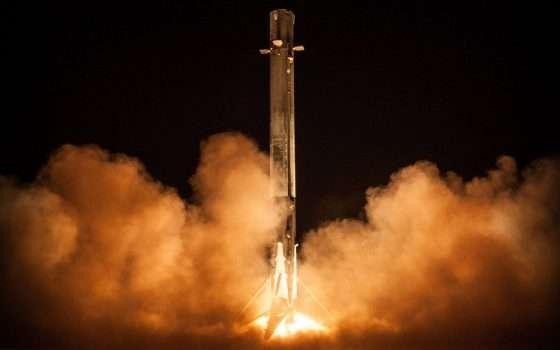 SpaceX: il razzo Falcon 9 illumina la notte