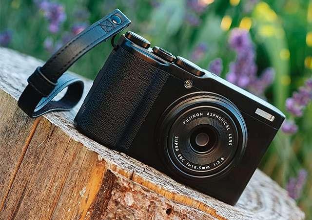La fotocamera Fujifilm XF10 con sensore da 24 megapixel