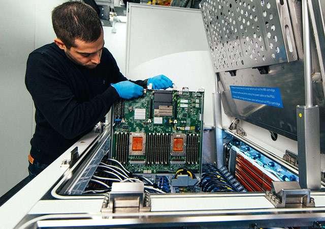 La soluzione sperimentata da Microsoft per l'immersione dei server in un liquido non conduttivo, al fine di raffreddarli