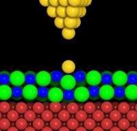 Un modello sferico che mostra la geometria dopo la manipolazione con il microscopio a scansione a effetto tunnel (STM). Le sfere che rappresentano Au, Cl-, Na+ e rame (Cu) sono colorate rispettivamente di oro, verde, blu e rosso