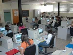 Studenti durante una esercitazione con MS Word 2003 su PC dotati di CPU Pentium 100Mhz con 32MB RAM