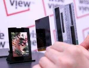 Il display di Samsung a confronto con una carta di credito
