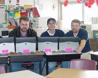 Studenti americani con i computer portatili a scuola