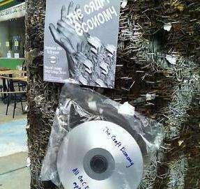 La distribuzione gratuita dei CD sui pali di Toronto