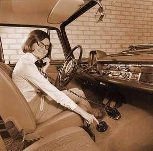 Un telefono in macchina, un concept degli anni 50