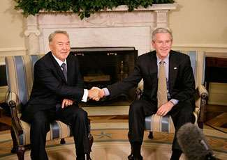 George W. Bush stringe la mano al leader kazako Nursultan Nazarbayev