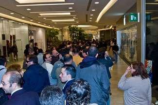 Gli appassionati in fila attendono l'apertura dello store