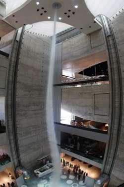 Il tornado al lavoro nell'atrio del museo Mercedes