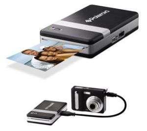 Una fotocamera collegata ad una stampante con tecnologia ZINK