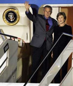 George W. Bush e la moglie Laura scendono dall'Air Force One