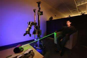 Un robot che punta al laser
