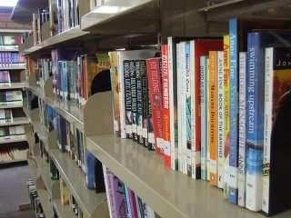 Scaffali di biblioteca