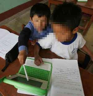 bambini peruviani con lo XO