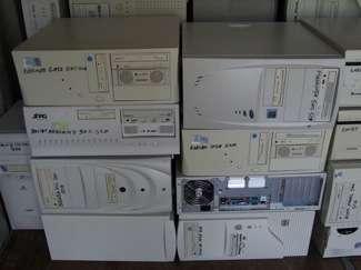 Una serie di PC pronti al ricondizionamento