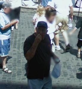 Un signore a spasso davanti alla fontana di trevi