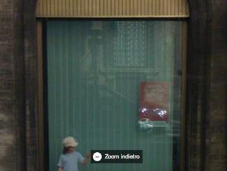 LA google car riflessa da una vetrina di via del corso a roma
