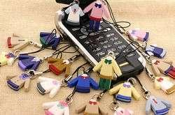 un cellulare circondato dalle divise scolastiche