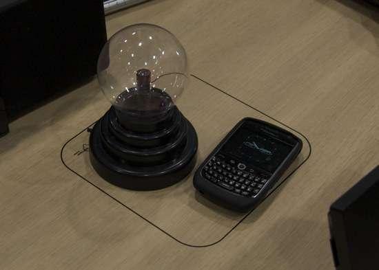 un prototipo di scrivania con integrata la tecnologia WiPower