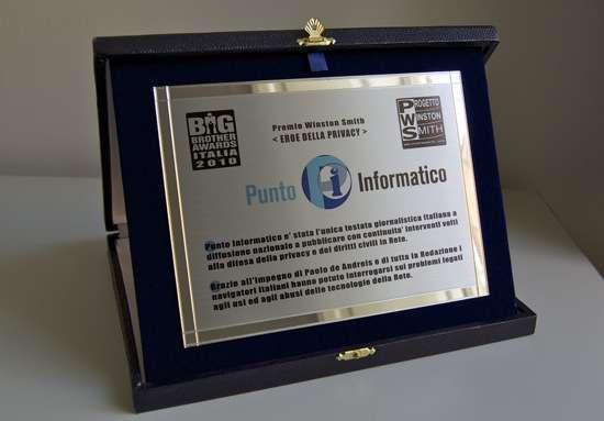 la targa per Punto Informatico, vincitore del premio Winston Smith 2010 ai BBA